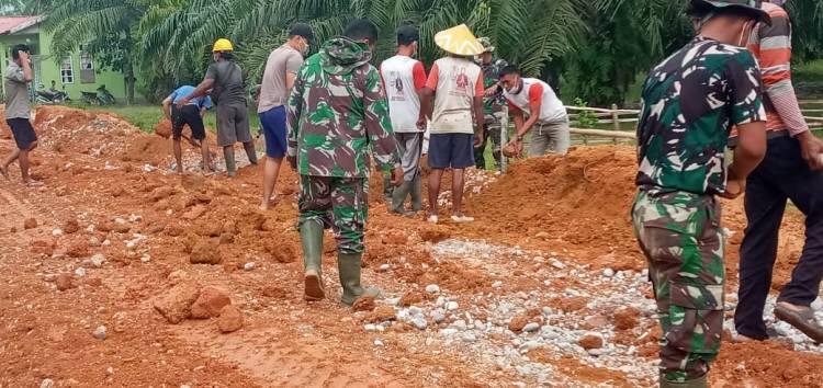 Satgas TMMD Bersama Warga Goro Ratakan Tanah