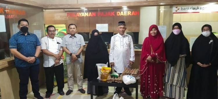 Keluarga  Besar Bapenda Kampar Serahkan Bantuan 150 Paket  Sembako