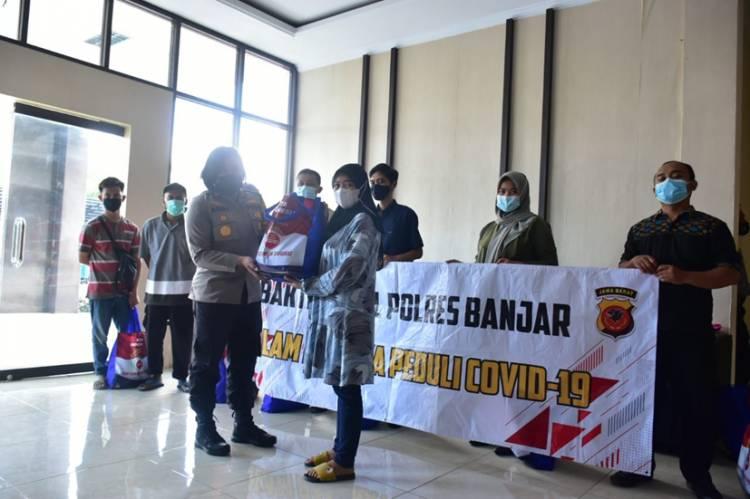 Pegawai Honorer di Lingkungan Polres Banjar Menerima Bansos dari Kapolres Banjar