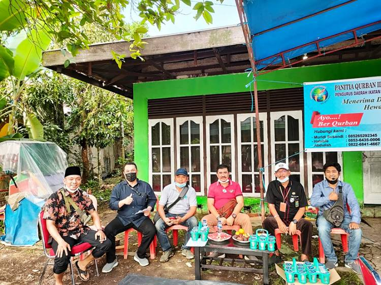 Iduladha 1442 H, PD IWO Inhil Bagikan Daging Kurban Door to Door