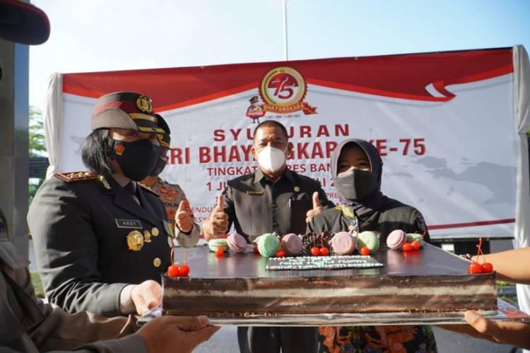 Surprise! Walikota dan Wakil Walikota Banjar Berikan Kue Ulang Tahun pada HUT Bhayangkara ke-75