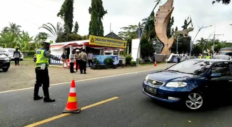 Petugas Polres Banjar Lakukan Pendekatan Humanis dalam Membatasi Mobilitas di Masa PPKM Darurat