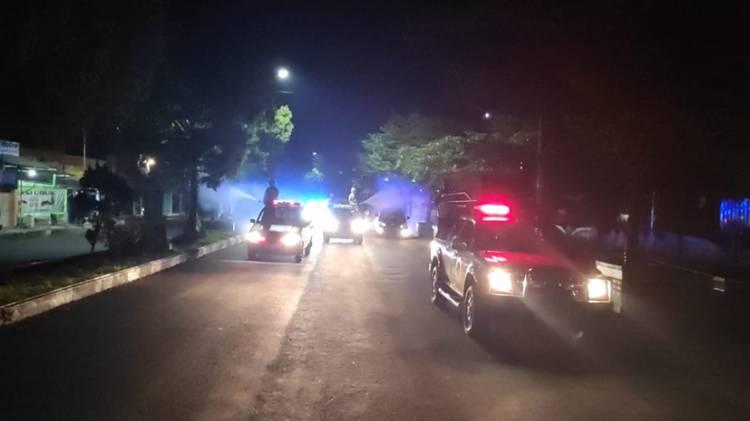 Polres Banjar dan BPBD Lakukan Penyemprotan Disinfektan Malam Hari di Jalan Protokol Kota Banjar