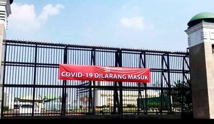 """Gerbang DPR Dipasang Spanduk """"Covid-19 Dilarang Masuk"""", Apa Maksudnya?"""