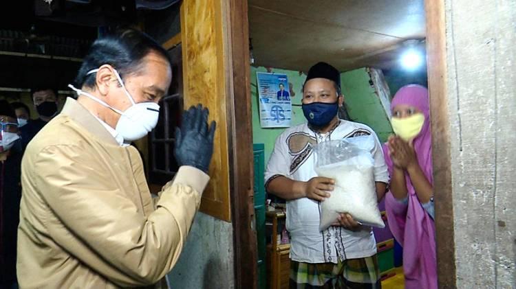 Presiden Jokowi Datangi Warga Bagikan Sembako dan Paket Obat