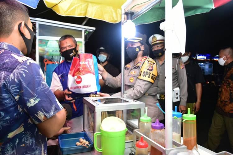 Kapolres Banjar Distribusikan Bansos kepada Warga dalam Rangka PPKM Level 4 di Kota Banjar