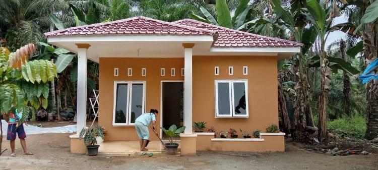 Gembira Rumahnya Selesai Dibangun Satgas TMMD, Bu Dede Bantu Bersihkan Rumah