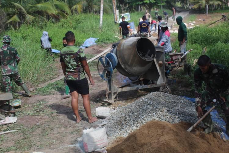 Untuk Menuntaskan Pembangunan Jalan Kades Terusan Beringin Jaya Kerahkan Warga Di Lokasi TMMD Ke 111 Kodim 0314/Inhil