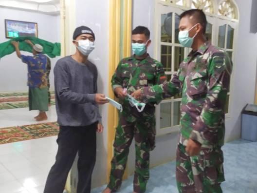 Peduli Prokes, Satgas TMMD Ke-111 Kodim 0321 Ingatkan Warga Saat Sholat di Mesjid