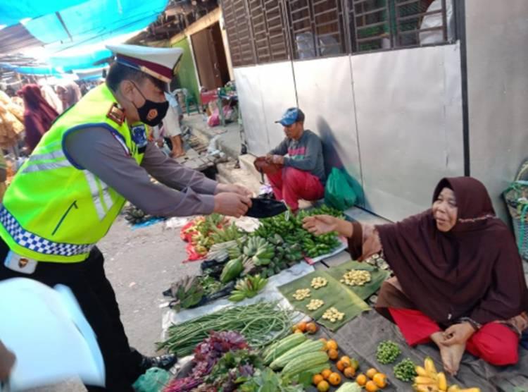 Kasat Lantas Polres Kampar Beri Himbauan Prokes dan Bagi-bagi Masker di Pasar Air Tiris