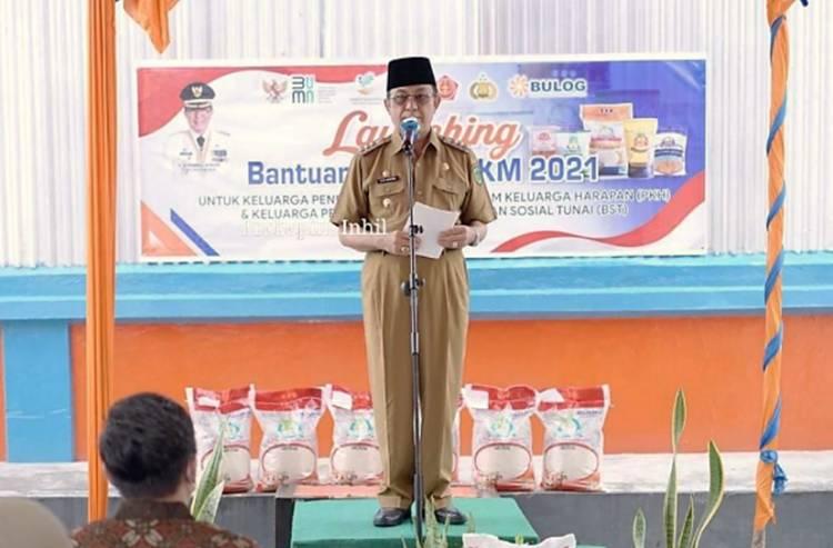 Bupati Inhil HM.Wardan dan Bulog Salurkan Bantuan Beras PPKM bagi Keluarga Penerima PKH dan BST