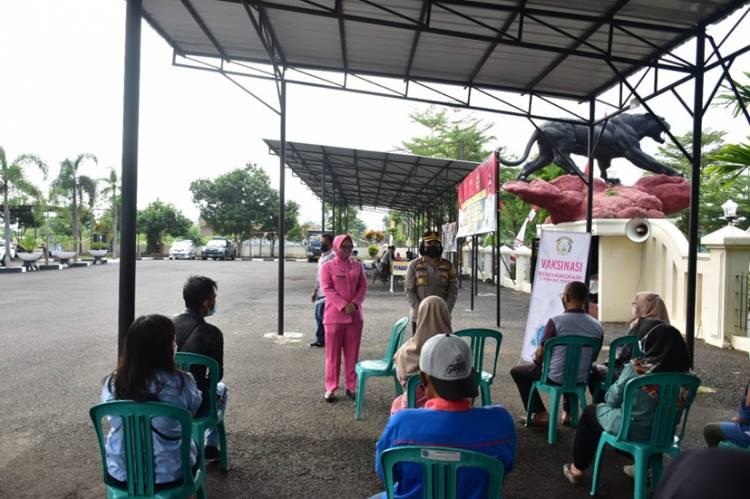 Polres Banjar Bekerja sama dengan PKU Muhammadiyah dan Bhayangkari Cabang Banjar Gelar Vaksinasi
