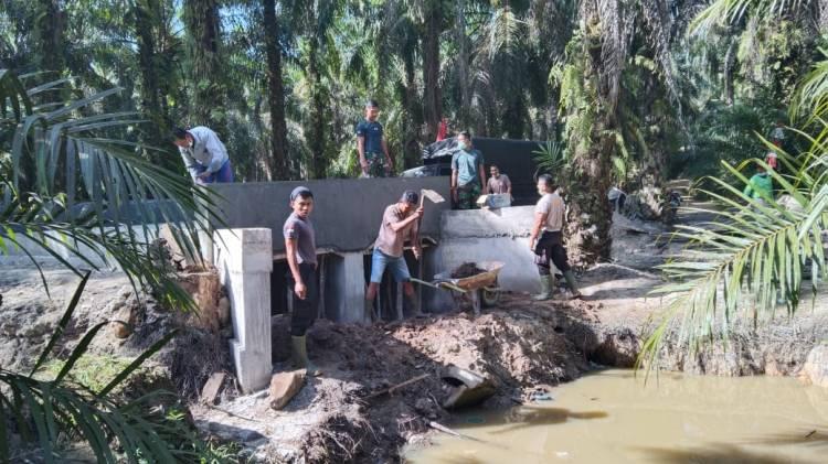 Kompak, TNI Bersama Warga Lakukan Penimbunan di Bawah Box Culvert
