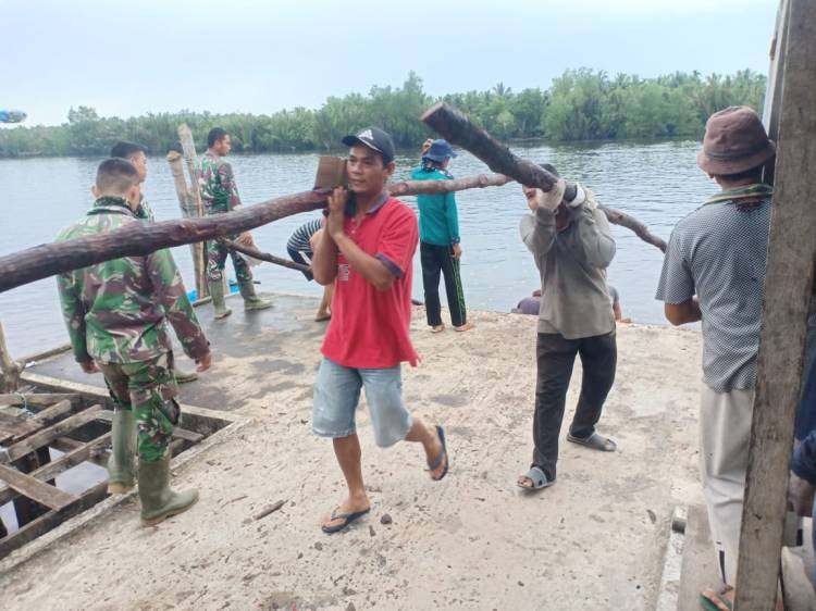 Satgas TMMD Kodim 0314/Inhil Ikut Gotong Royong Bantu Warga Lansir Kayu Bakau Untuk Pembangunan Mesjid