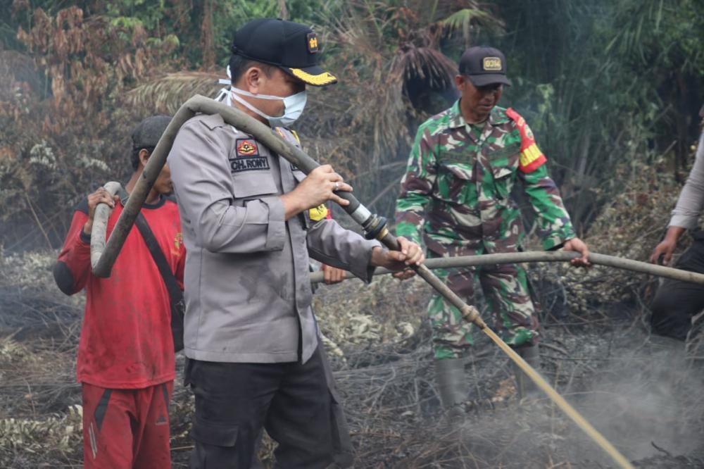 Kapolres Inhil Beserta Jajaran TNI dan Masyarakat Bersama Sama Turun Padamkan Api