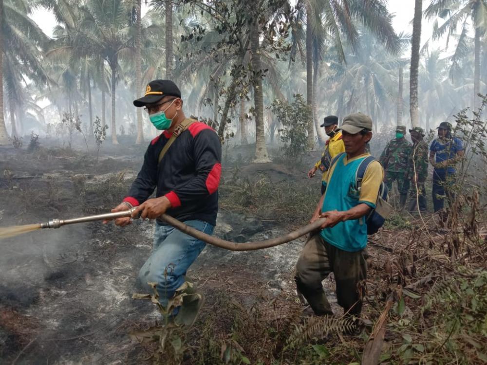 Aksi Heroik Brigadir Ilfa Ratno Tangani Kebakaran Lahan di Kecamatan Gaung