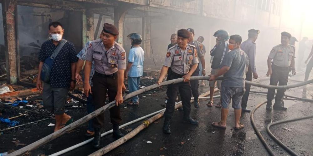 Kapolres Inhil dan Instansi Terkait,Masyarakat Berjibaku Memadam kan Api Di Pertokoan  pasar Terapung