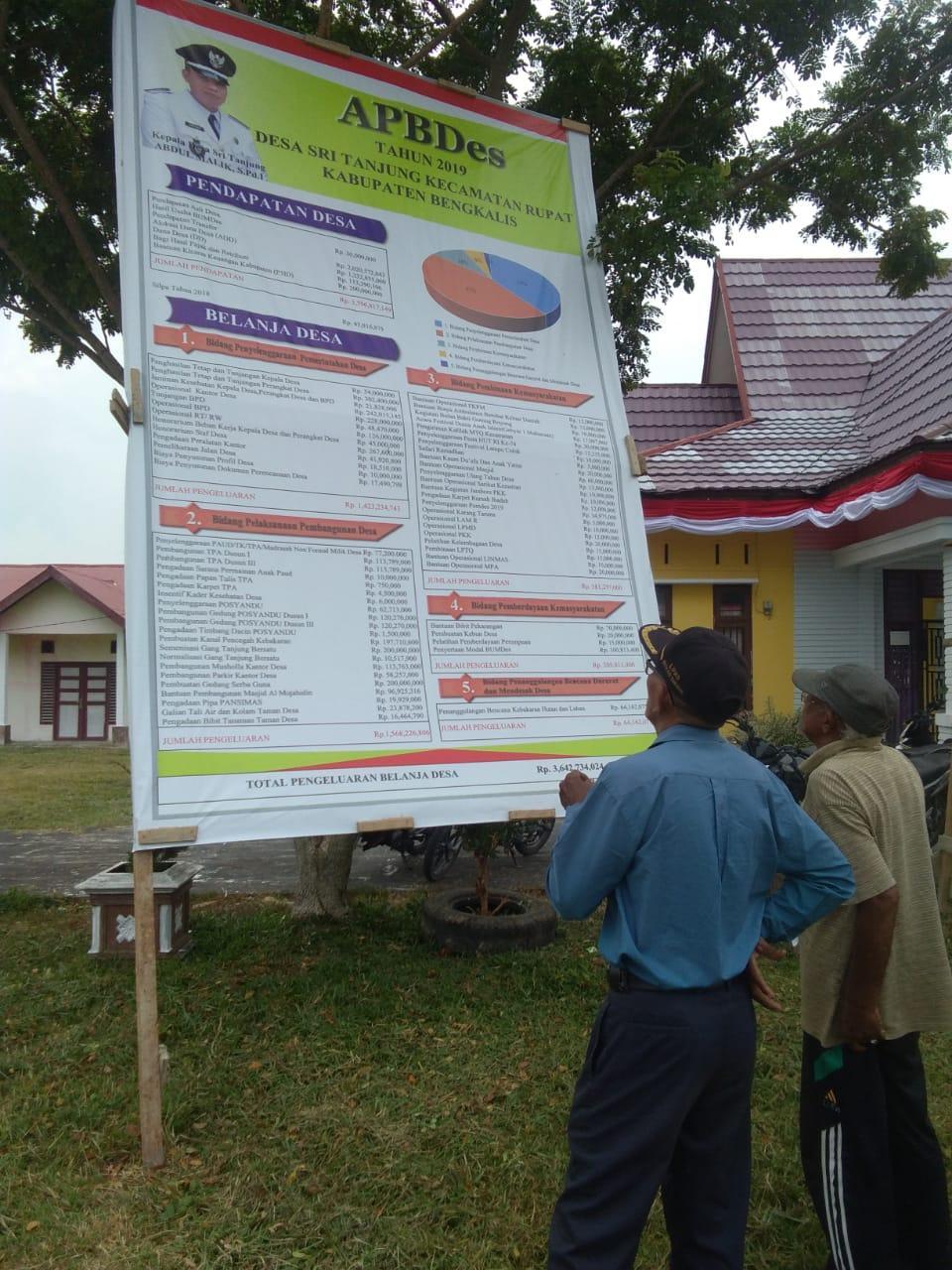 Pasang Baliho APBDes2019, Desa Sri tanjung Komitmen Transparansi Anggaran