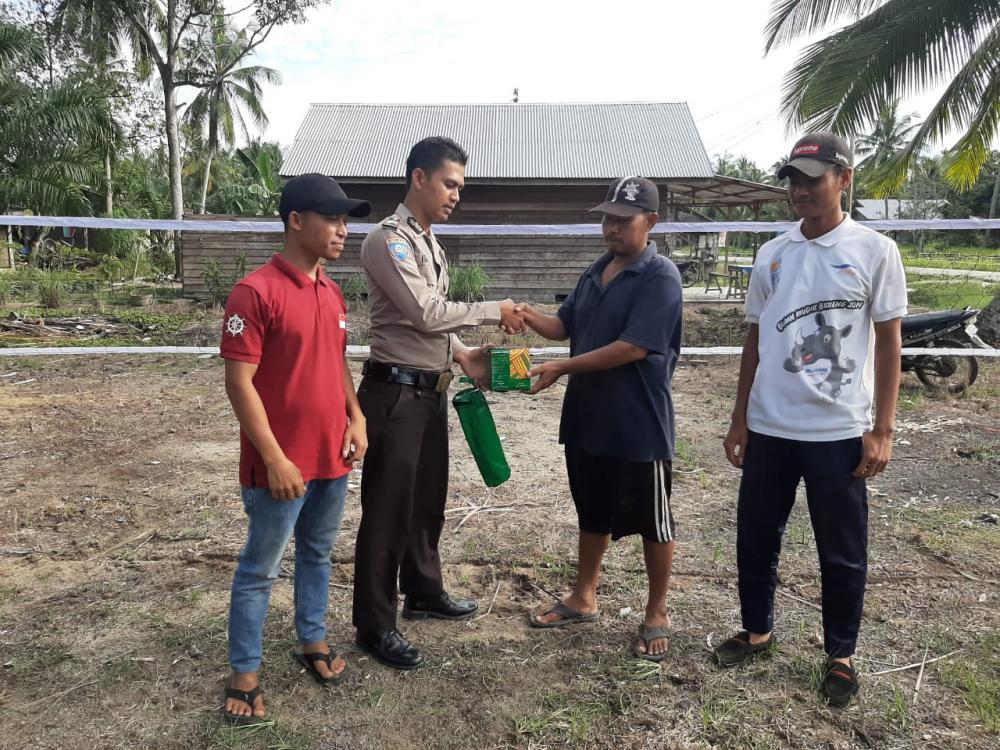 Dukung Masyarakat Giat Olahraga, Bhabinkamtibmas Tanjung Kapal  Berikan  Seperangkat Alat Olah Raga