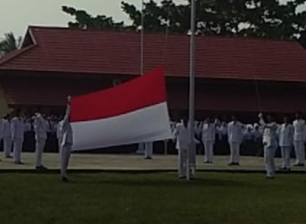 Pj Kades  Teluklecah selaku Inspektur Upacara HUT RI ke-74