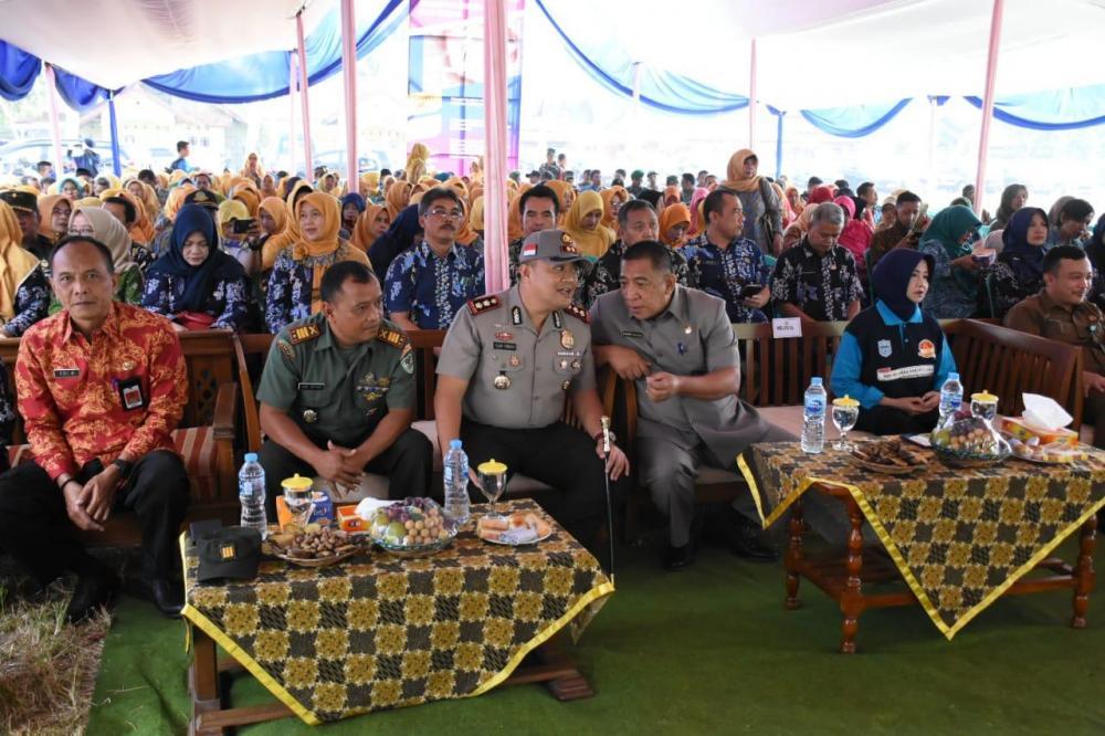Kapolres Banjar dan Wali Kota Banjar  Hadiri peringati Hari Keluarga Nasional XXVI di Lapang Desa Sinartanjung