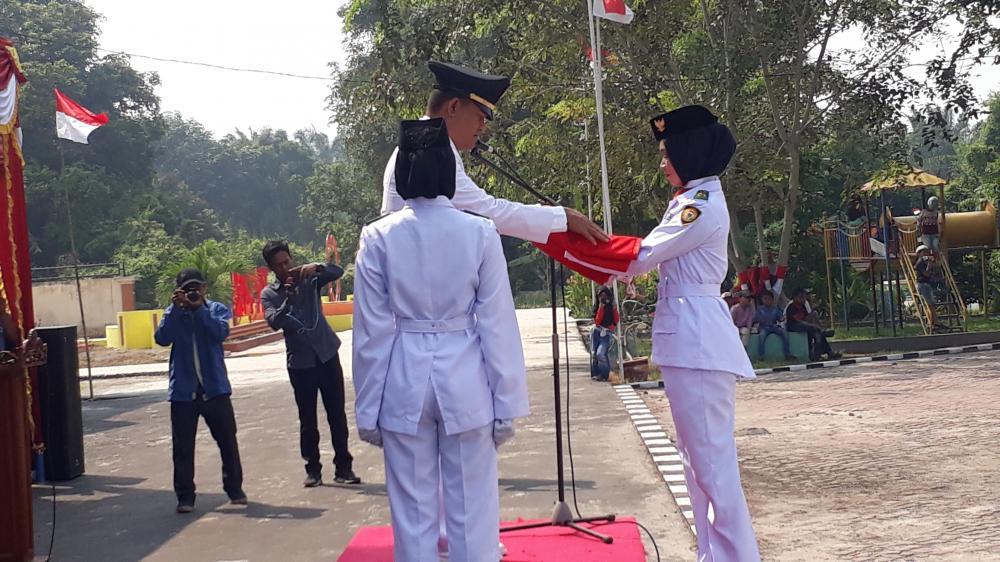 Camat Rupat  Hanafi  Inspektur Upacara HUT RI ke 74
