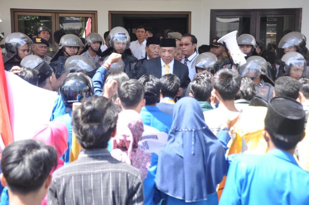 Aksi Demo PMII warnai Pelantikan Anggota DPRD