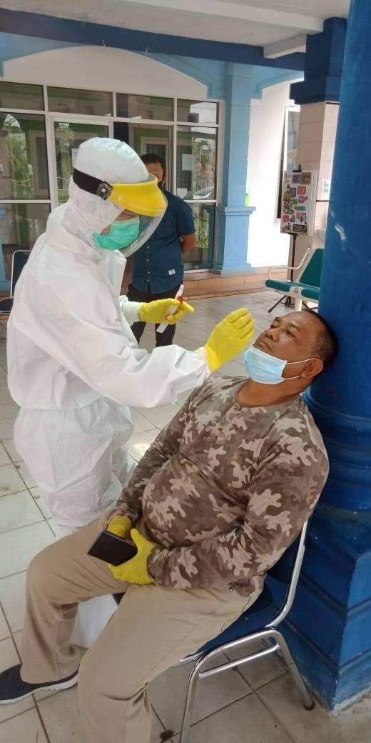 Sekda Kampar Drs. Yusri Msi lakukan Swab Tes di Diskes Kampar.