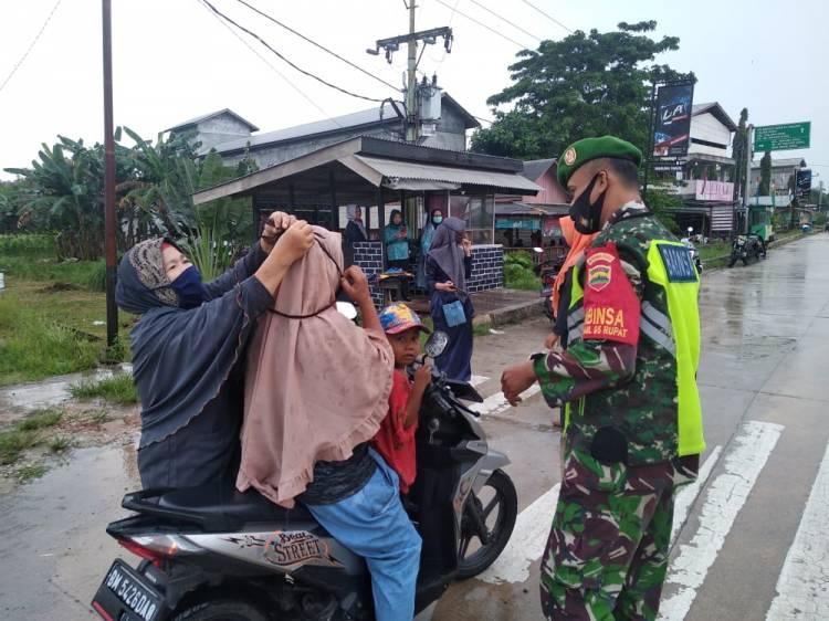 Babinsa  Koramil 05/Rupat  Menbagi Masker. Dilintas Jalan Rupat