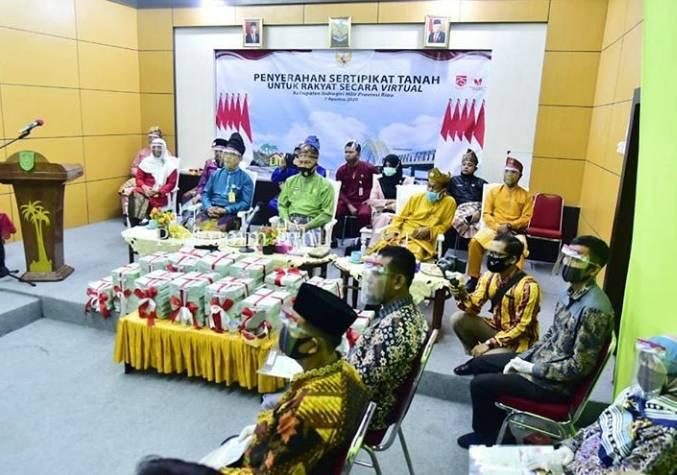 Wakil Bupati H.Syamsuddin Uti Serahkan 4.500 Sertifikat Tanah dari 9 Desa.