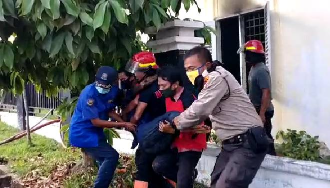 Video Detik Detik Pemadaman dan Penyelamatan Korban Kebakaran RSUD Puri Husada Tembilahan