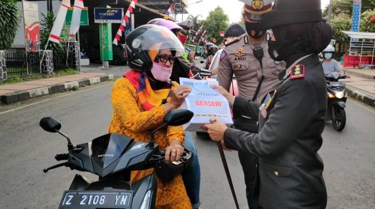 Di Hari Merdeka Republik Indonesia, Kapolres Banjar Beri Hadiah Ke Pengguna Jalan Yang Patuhi Protokol Kesehatan