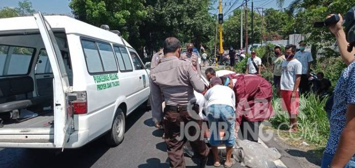 Pria Asal Riau Tergeletak Diruas Jalan Basuki Rahmad Jombang