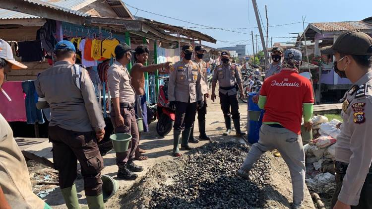 Polsek Panipahan Bedah Rumah Warga Kurang Mampu di Pasir Limau Kapas