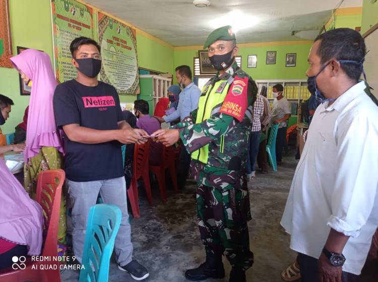 Babinsa Koramil 05/Rupat  Pelda Edeng Koswara menyerahkan BST  kepada  840 KK
