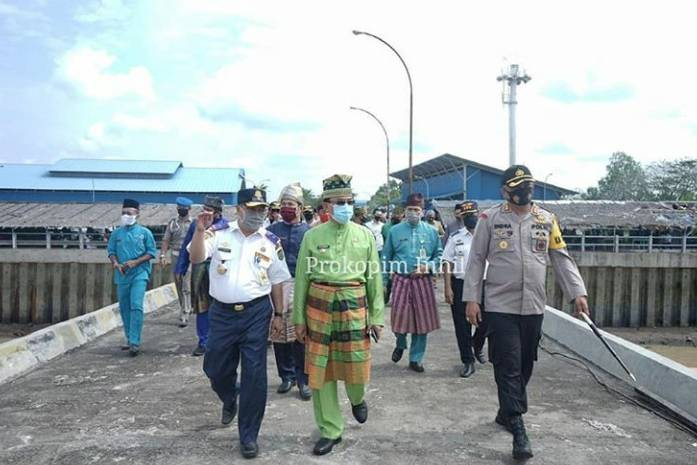 Bupati Inhil HM Wardan Melepas Ekspor Perdana Kelapa Bulat Di Pelabuhan Parit 21 Ke Luar Negeri