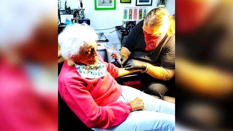 Ya Ampun, Nenek Usia 103 Tahun Minta di Tato Katak Sebelum Masuk ke Liang Lahat