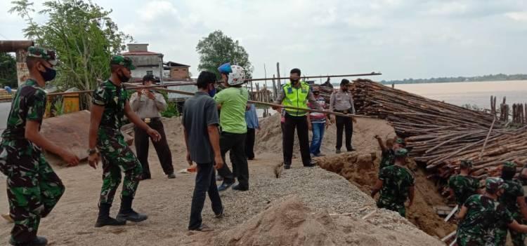 Tanah Longsor Robohkan Dua Gudang di RT 02 RW 05 Kecamatan Tembilahan Hulu