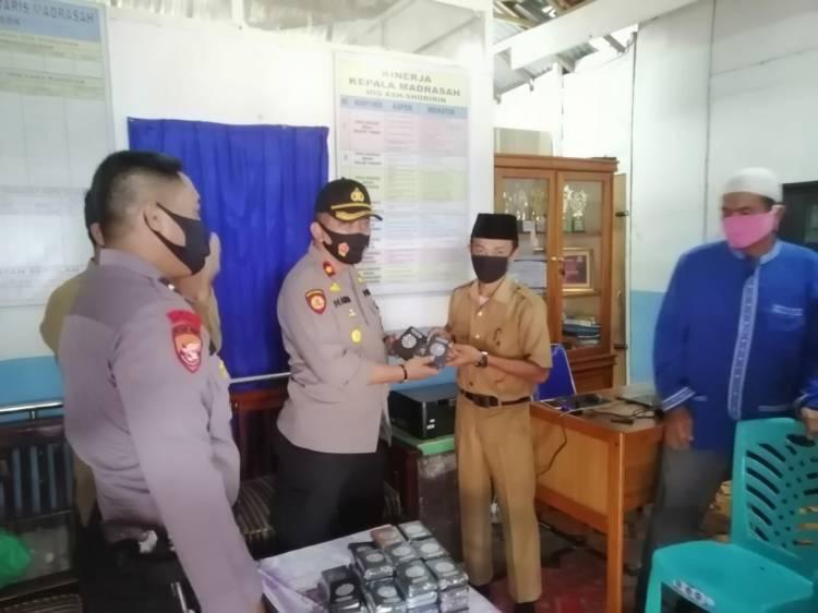 Wujud Peduli Agama, Kapolsek Tapung Serahkan Bantuan Al-Qur'an di Desa Tanjung Sawit