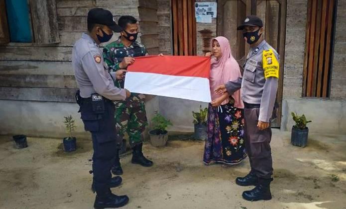 Sambut HUT RI Ke-75: TNI – POLRI Bersinergi Bagikan Bendera Merah Putih Kepada Masyarakat