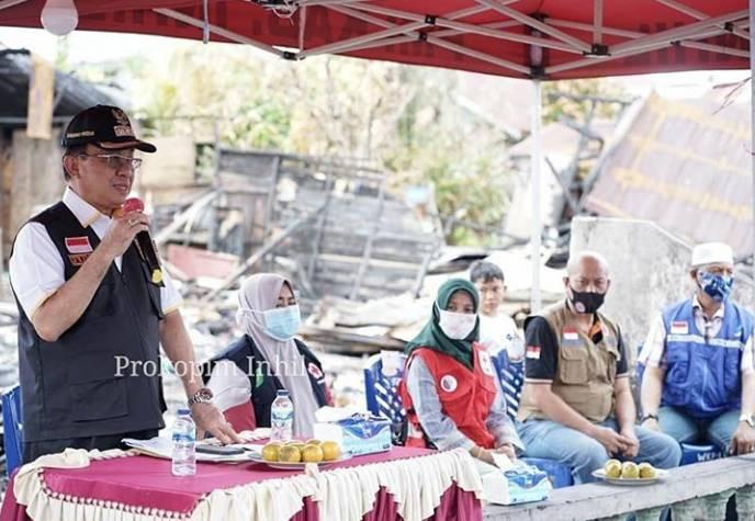 Bupati Inhil HM.Wardan Salurkan Bantuan Sembako,Pakaian Seragam Sekolah Kepada Korban Kebakaran di M.Boya.