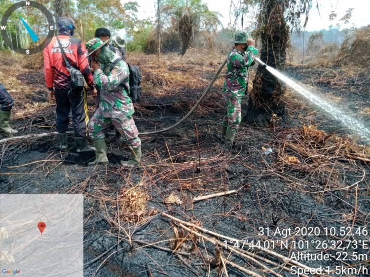 Ditengah Suhu Panas, Danramil 05/ Rupat Tetap Semangat Padamkan Sisa-sisa Karhutla
