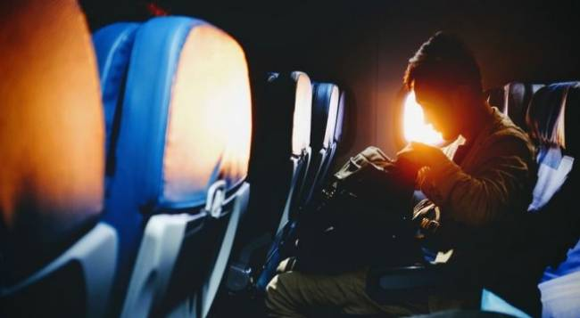 Kenapa HP Harus Dimatikan saat Pesawat Take Off dan Landing?