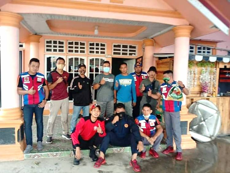 Berbekal Pengalaman dan Keahlian, Tim DPKP Inhil Amankan Ular Kobra Kuning di Rumah Warga Tembilahan