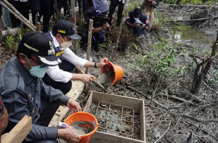 Bupati Inhil Dampingi Gubri Lakukan Peletakan Batu Pertama Relokasi RLH di Tanah Merah