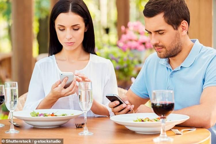 Ini Dampak Bagi Tubuh Ketika Anda Makan Sambil Bermain Handphone
