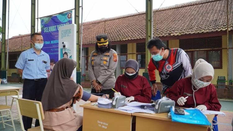 Kapolres Banjar Bersama Walikota Banjar Tinjau Pelaksanaan Vaksinasi Pelajar di SMAN 2 Banjar