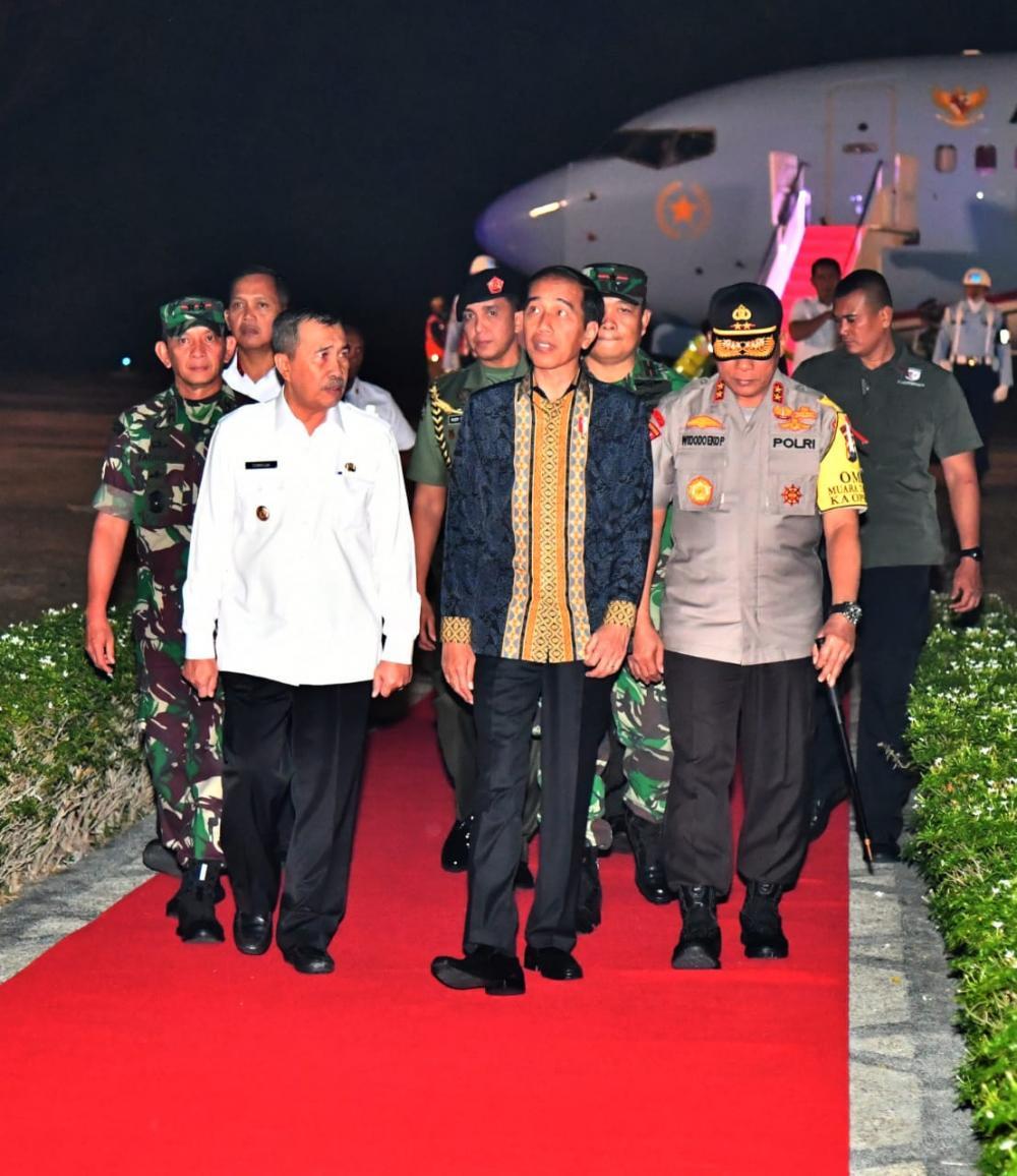 Pesawat Jokowi Mendarat di Tengah Kabut Asap Pekanbaru