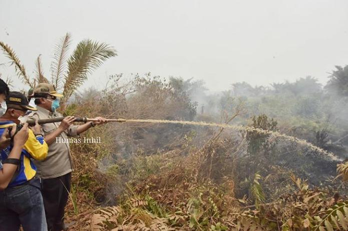 Bupati Inhil HM Wardan Turun Langsung Ikut Pemadaman Karhutla