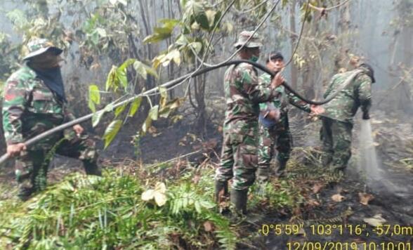 Koramil 05/Gas Berjibaku Padamkan Karhutla yang Mendekat ke Pemukiman Warga
